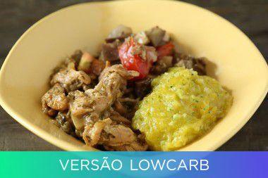 Iscas de frango ao molho de limão e ervas e berinjela