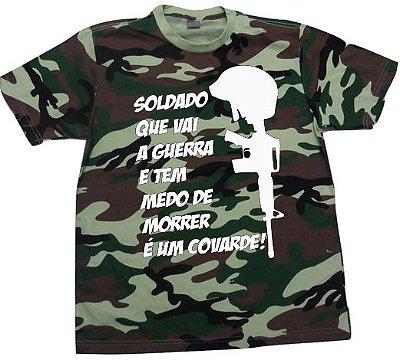 Camiseta Camuflada Soldado que vai a Guerra e tem Medo de Morrer é um Covarde!
