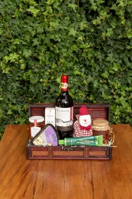 Cesta de Natal com Vinho no Baú