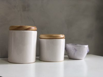 Kit de higiene branco com a tampa pinus