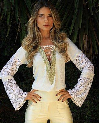 blusa branca de viscose e renda com detalhes dourado
