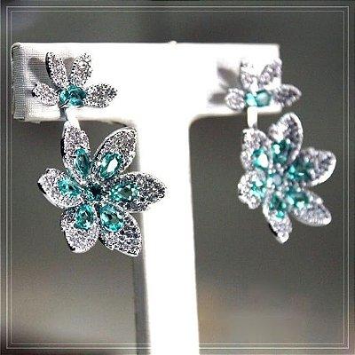 Brinco flor ródio branco e pedras azuis