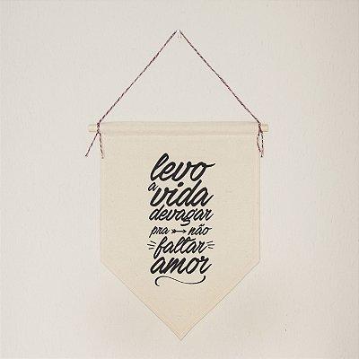 Flâmula Decorativa em Tecido - Levo a Vida Devagar pra não Faltar Amor