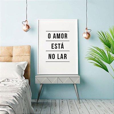 Quadro Poster Decorativo Frase - O Amor Está no Lar, Fundo Branco, Letras Pretas, Minimalista