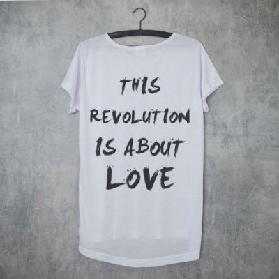 LOVE IS REVOLUTION - ESTAMPA NAS COSTAS LONG TEE