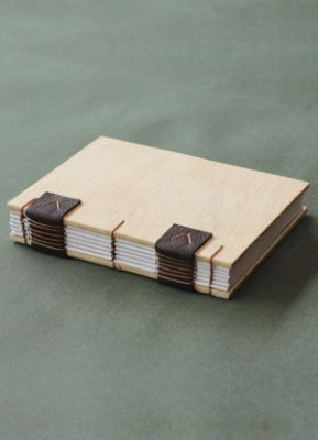 Caderno artesanal com capa de madeira formato A6 Bodoque Artes e ofícios