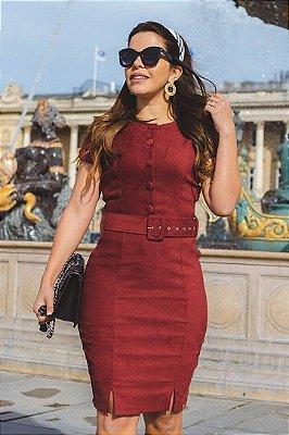 Vestido Tubinho em Suede Moda Evangelica Vinho detalhes em botoes e cinto Joyaly 30513