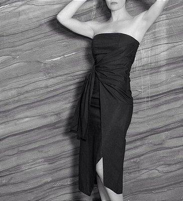 Vestido midi, tomara que caia, em tecido de algodão com elastano.