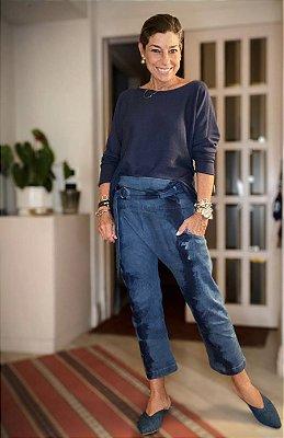 Calça jeans tie-dye escuro cinto com fivela