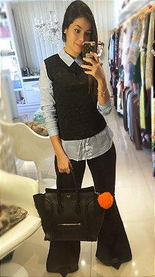 Camisa com colete preto acoplado