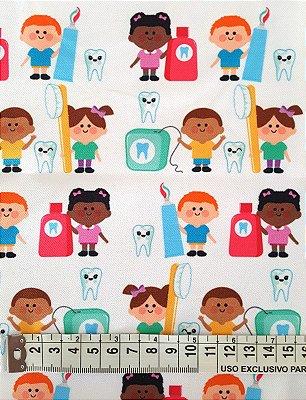Tecido Estampa Crianças no Dentista,  Fio Dental, Escova de Dente e Dente- Fundo Branco - 100% Poliéster - (45cm x 50cm)