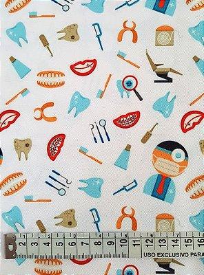 Tecido Estampa Dentista e Utensílios - Fundo Branco - 100% Poliéster - (45cm x 50cm)