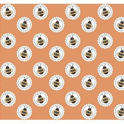 Tecido Tricoline Abelha no Círculo - Fundo Pêssego - Coleção Bee Buzz - Preço de 50 cm x 150 cm