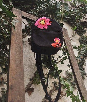 Mini mochila preta com aplicação de bordado