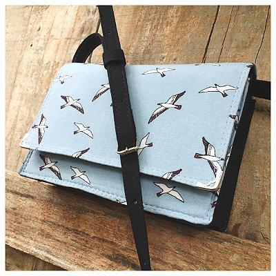 Bolsa celeste com estampa de pássaros pequena