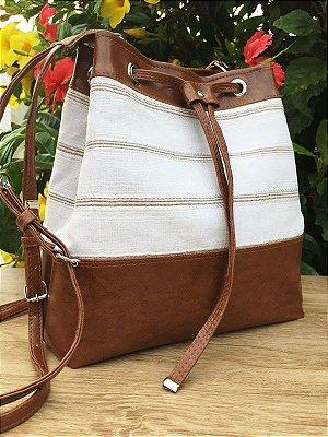 Bolsa tiracolo feita em linho com detalhes de couro marrom