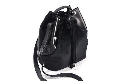 Bolsa saco com detalhes em veludo na cor preta