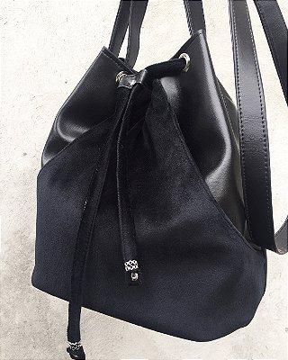 Bolsa saco em couro com detalhes em veludo na cor preta