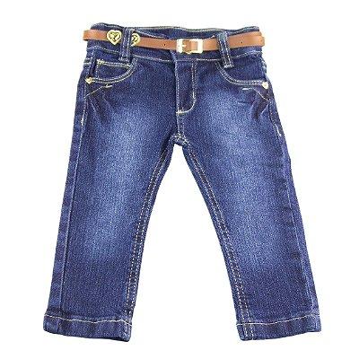 Calça jeans com cinto marrom