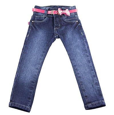 Calça jeans com cinto rosa