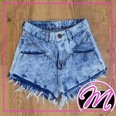 Shorts Jeans Manchado com Detalhe de Corte 1 Botão