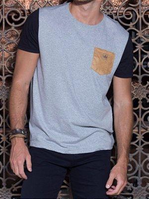 Camiseta Masculina Bolso Camurça
