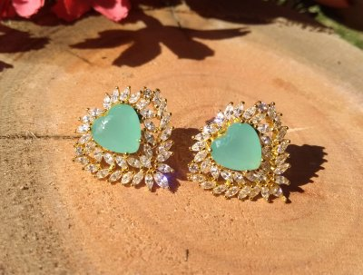 Brinco feminino de coração folheado a ouro 18k com zirconia verde