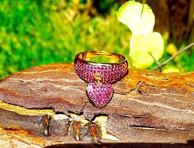 Anel folheado a ouro 18k com pingente de coração cravejado com zirconias na cor rubi