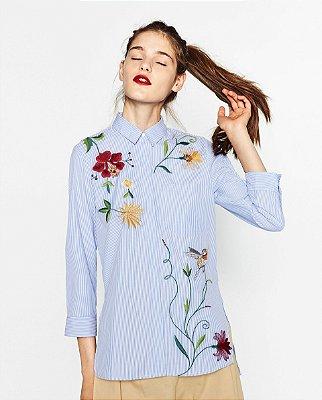 Camisa Listrada com Bordado Floral