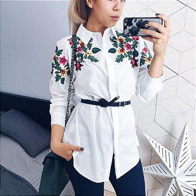 Camisa Branca com Aplicação Floral