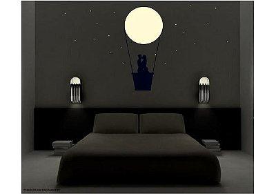 Adesivo de Parede Luminoso - Casal em Balão sob Lua