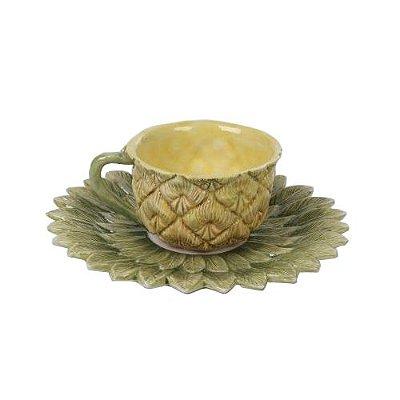 Xícara de chá com pires de abacaxi