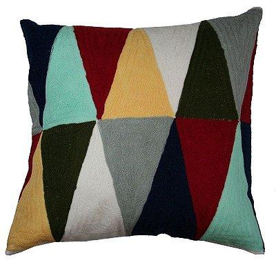 Almofada triângulos coloridos bordada 48x48 cm