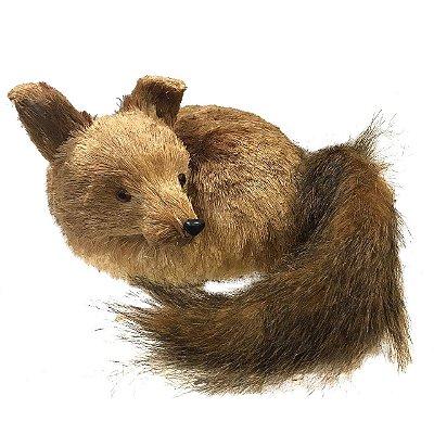 Raposa deitada com rabo de pelúcia