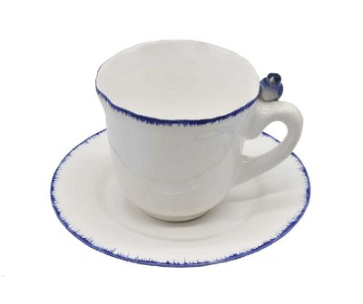 Xícara de café branca com borda pincelada azul com passarinho