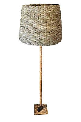 Abajur de piso de bambu com cúpula de taboa