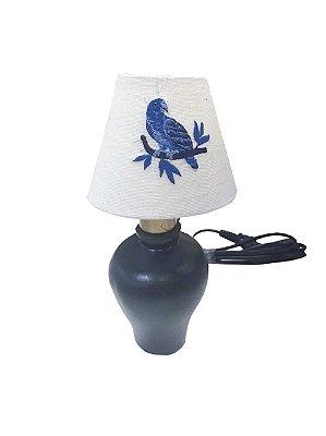 Mini abajur azul com cúpula de linho bordado pássaro
