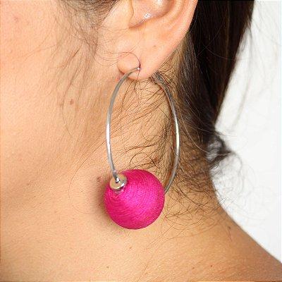 Argola esfera bordada rosa
