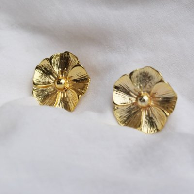 Brinco florzinha metal dourada