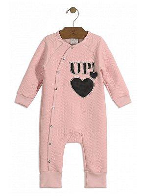 Macacão Up Baby Longa em Malha Matelassê Coração Rosa