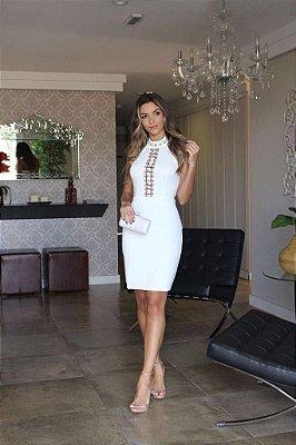 Vestido Branco Com Aplicações no Decote