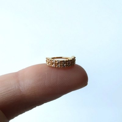 Argola com duas fileiras de pedras para o nariz ou hélix - toda em prata Folheada a Ouro 18k