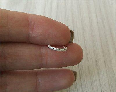Argola cravejada simples de ouro Branco 18k 750 com pedras zirconias + flanela polidora Monzi
