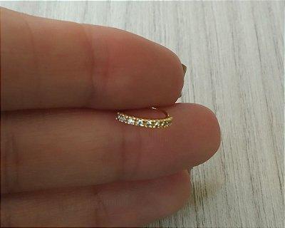 Argola cravejada com pedras zirconias - Folheado a ouro