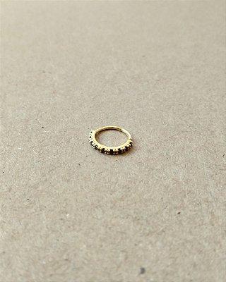 Argola cravejada com pedras na cor preta - banhada a Ouro