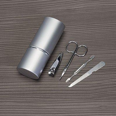 Kit manicure 4 peças em estojo oval de alumínio. Possui lixa, tesoura. Código SK 4657