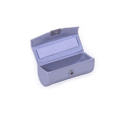 Porta batom em couro sintético prata e plaquinha de metal frontal .   Código SK 12599