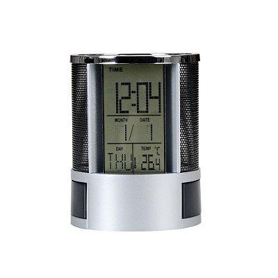 Porta caneta com relógio LCD. Possui detalhes prata na parte superior. Código SK 3328