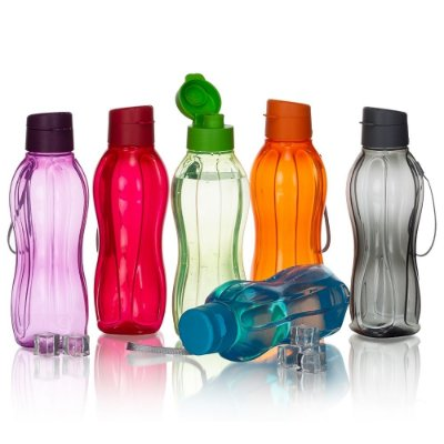 Garrafa plástica 800ml livre de BPA. Garrafa transparente colorida com detalhes em relevo. SK18531