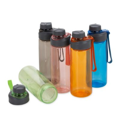 Squeeze plástico 700ml com peneira e alça para transporte contém tampa rosqueável, além de uma tampa protetora de bocal SK18553